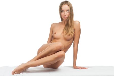 femme se deshabille: Sexy belle femme nue avec des corps mince assis sur une feuille blanche. Isol� sur fond blanc