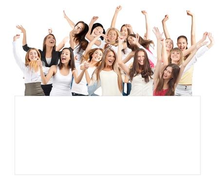 letreros: Grupo de alegres j�venes de pie, con cartelera en blanco Foto de archivo