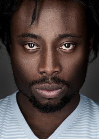 american sexy: Портрет красивый молодой афро-американских человек, глядя на камеру