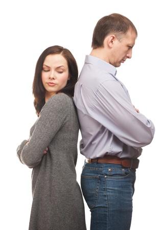 conflicto: Pareja joven de pie espalda con espalda con dificultades en la relaci�n. Aislado sobre fondo blanco Foto de archivo