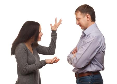 Ehefrauen: Junges Paar in Streit. Frau schalt ihren Mann, isoliert auf wei�em Hintergrund Lizenzfreie Bilder
