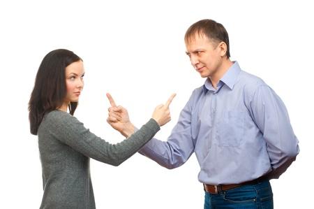 pareja enojada: Pareja en la pelea. Mujer que señala en el hombre, aislado en fondo blanco