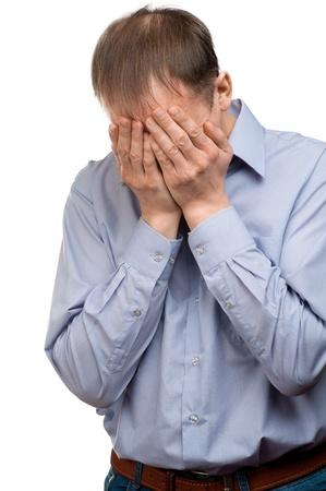 avergonzado: Retrato de hombre triste ocultar su rostro. Aislado sobre fondo blanco