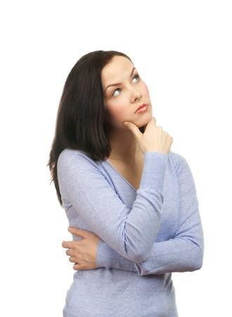 mujer pensando: Retrato de mujer joven pensativa mirando hacia arriba y tocar la barbilla, sobre fondo blanco