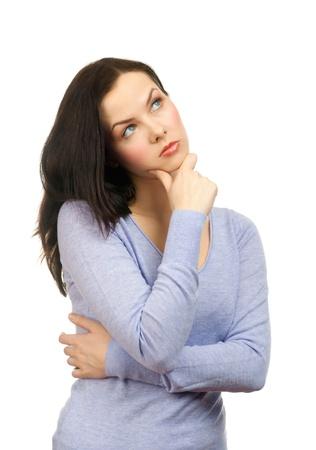 mujer pensativa: Retrato de mujer joven pensativa mirando hacia arriba y tocar la barbilla, sobre fondo blanco