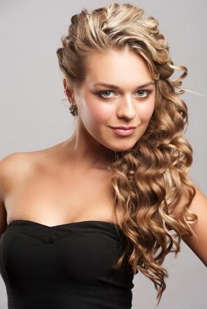 mujer rubia desnuda: Studio retrato de una mujer joven y atractiva con el pelo largo y rubio y peinado con estilo hermoso Foto de archivo