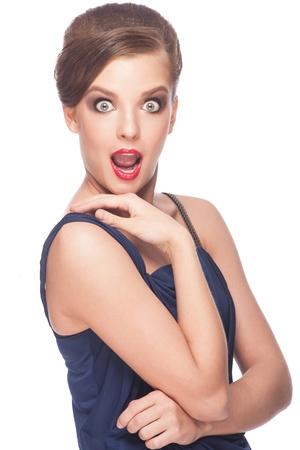 asombro: Retrato de la mujer sorprendida y emocionada con la boca abierta. Aislado en el fondo blanco