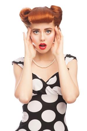 boca abierta: Retrato de mujer sorprendida pinup emocionada con la boca abierta. Aislado en el fondo blanco Foto de archivo