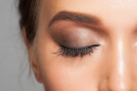 ojos cerrados: Imagen del primer de la mujer ojo cerrado con maquillaje hermoso brillante, ojos ahumados