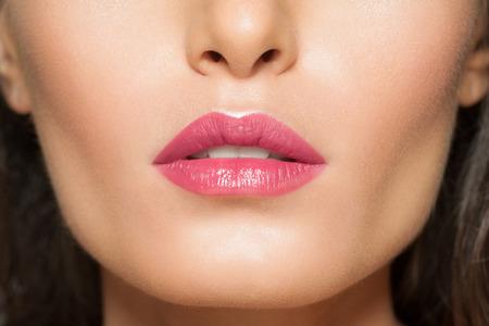 labios sexy: Primer plano de hermosos labios con lápiz labial de color rosa Foto de archivo