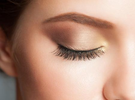 ojos marrones: Primer plano de mujer de ojos con maquillaje hermoso