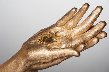 body paint: Primer plano de manos de la mujer con bodyart de oro que contenía destellos dorados Foto de archivo
