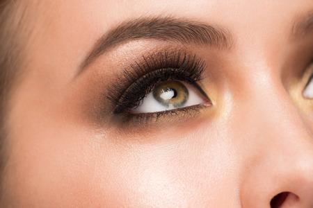 ojos marrones: Imagen de detalle de la hermosa mujer de ojos con la moda maquillaje brillante