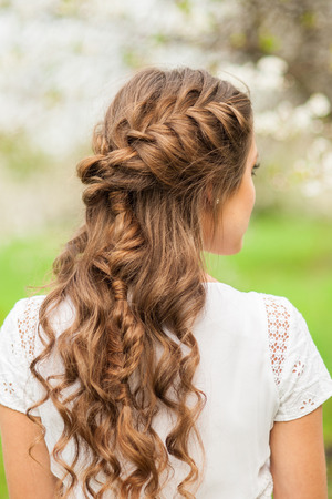美しい三つ編み髪型、リアビューを持つ少女