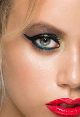 ojos verdes: Imagen de detalle de la hermosa mujer de ojos con maquillaje de moda