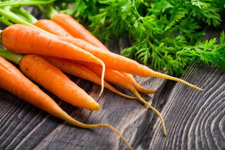 ?  ? carrot: Zanahorias orgánicas frescas en el fondo de madera rústica Foto de archivo