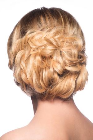rubia: Mujer con el peinado con estilo moderno, vista lateral. Aislado en el fondo blanco. Foto de archivo