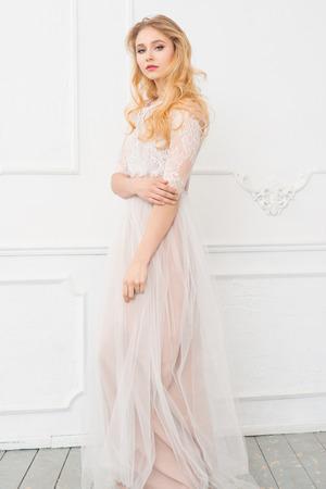 hair blond: Ritratto di giovane donna bella con lunghi capelli biondi e trucco Archivio Fotografico