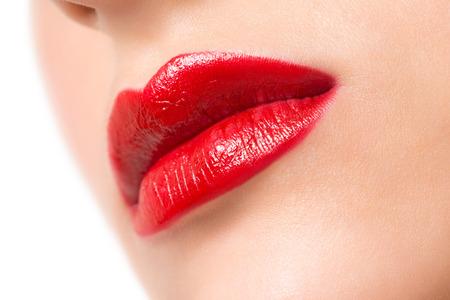 red lips: Imagen de detalle de unos labios atractivos con la barra de labios de color rojo brillante