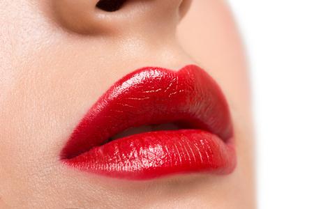 lipstick: Imagen de detalle de unos labios atractivos con la barra de labios de color rojo brillante