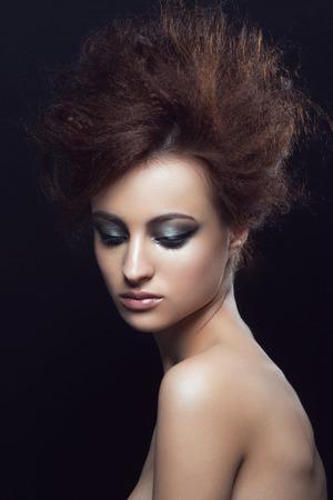 femme brune sexy: portrait en studio de mode de la belle jeune femme avec coiffure et le maquillage de fantaisie Banque d'images