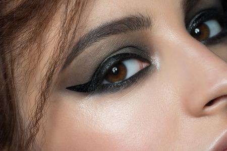 maquillaje de ojos: Imagen de detalle de la hermosa mujer de ojos con maquillaje de moda. Maquillaje con delineador de ojos. Sombra de ojos cosmético.