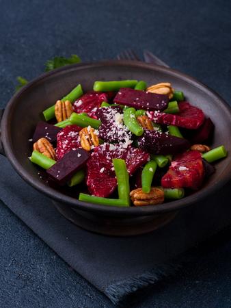 geen: Vegetarian beetroot salad with geen beans, pecans, red oranges