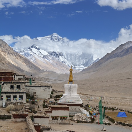 snow capped mountain: tibet: rongbuk monastery with mount everest in the background, shigatse Stock Photo