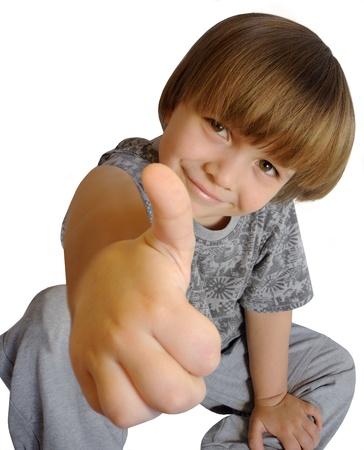 Portrait de petit garçon magnifique, vous donnant thumbs up Banque d'images