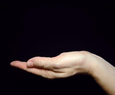 Nő nő kezében fekete háttér, Üres nyitott tenyérrel Stock fotó