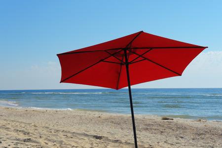 Strandpapucs a kavicsos tengerparton Egy pár flip-flop a kavicsos strand