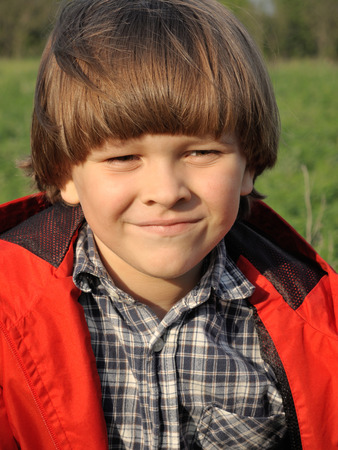 boy beautiful: Portrait of a smiling young boy on the nature. Happiness, fashionable concept. Lifestyle.