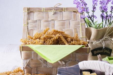 rotini: Composici�n de alimentos crudos - rotini pasta marr�n colocado en un fondo brillante.
