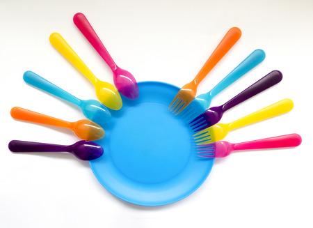 bowl color niños y cuchara de plástico de color y tenedor, día de fiesta, comida campestre Foto de archivo