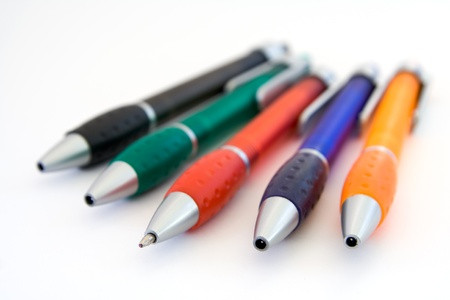 ball pens stationery: L�pices de colores que mienten en un fondo blanco
