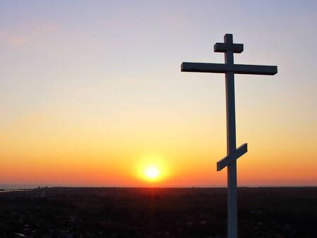 Símbolo cristiano en el fondo de textura al atardecer Foto de archivo