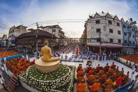 limosna: dar limosna a un monje budista El dos mil @ Nakhon Ratchasima