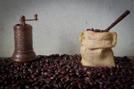 cacao: molinillo de café turco y poco yute bolsa ponen sobre los granos de café Foto de archivo