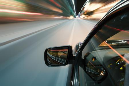 Auto in de nacht rijden op de weg in de stad