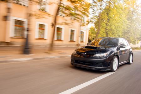 Auto snel rijden op de weg