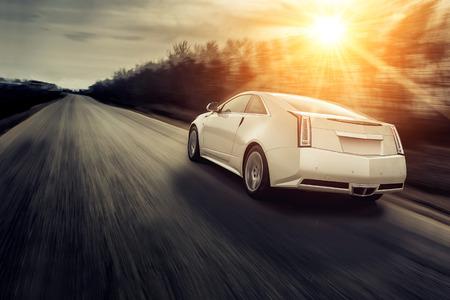 aandrijvingen: Auto snel rijden op de weg