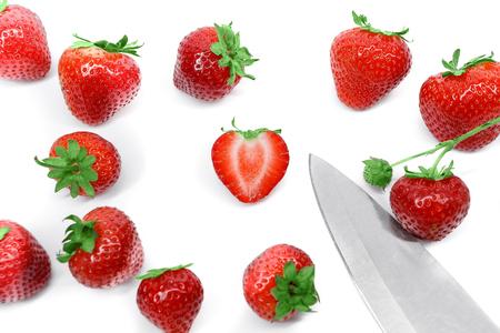 fresa: Fresas y cuchillo aislados sobre fondo blanco