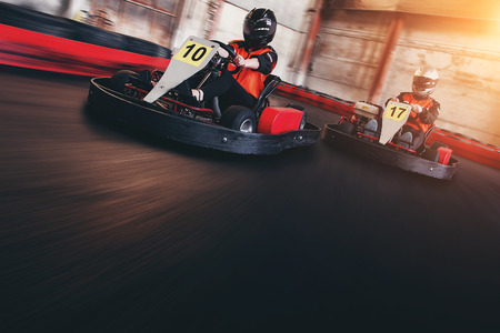 Go kart speed rive indor race oposition race Standard-Bild