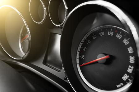 velocimetro: velocímetro del coche moderno y odómetro durante el día Foto de archivo