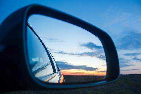 mirror?: puesta de sol paisaje azul refleja en el espejo del coche Foto de archivo