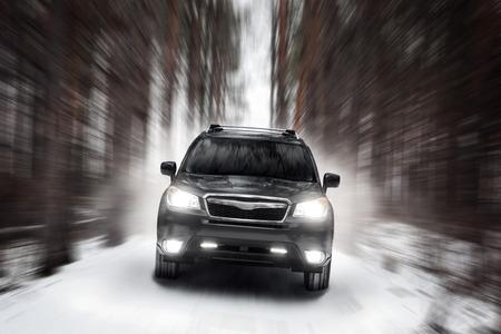 Schwarzes Auto Geschwindigkeit fahren auf Off-Road im Winter tagsüber Standard-Bild - 54354097