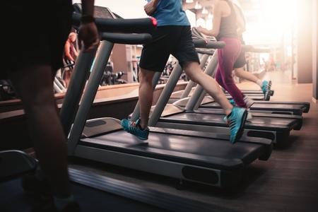 Osoby pracujące w maszyny bieżni w siłowni fitness klubu