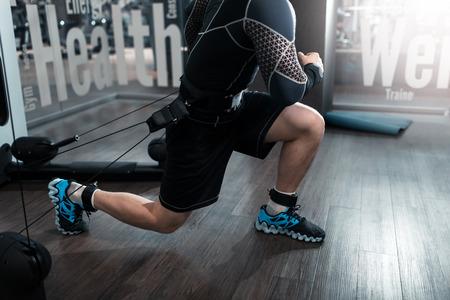 Hombre que trabaja el deporte de la aptitud en la máquina de la tecnología de kinesis