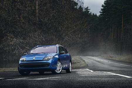 Minsk, Bielorussia - 23 novembre 2015: auto blu Renault Laguna in piedi sulla strada asfaltata di giorno