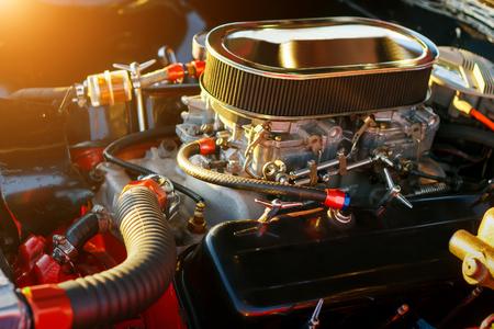 Auto motore sotto il cofano al tramonto Archivio Fotografico - 58311018